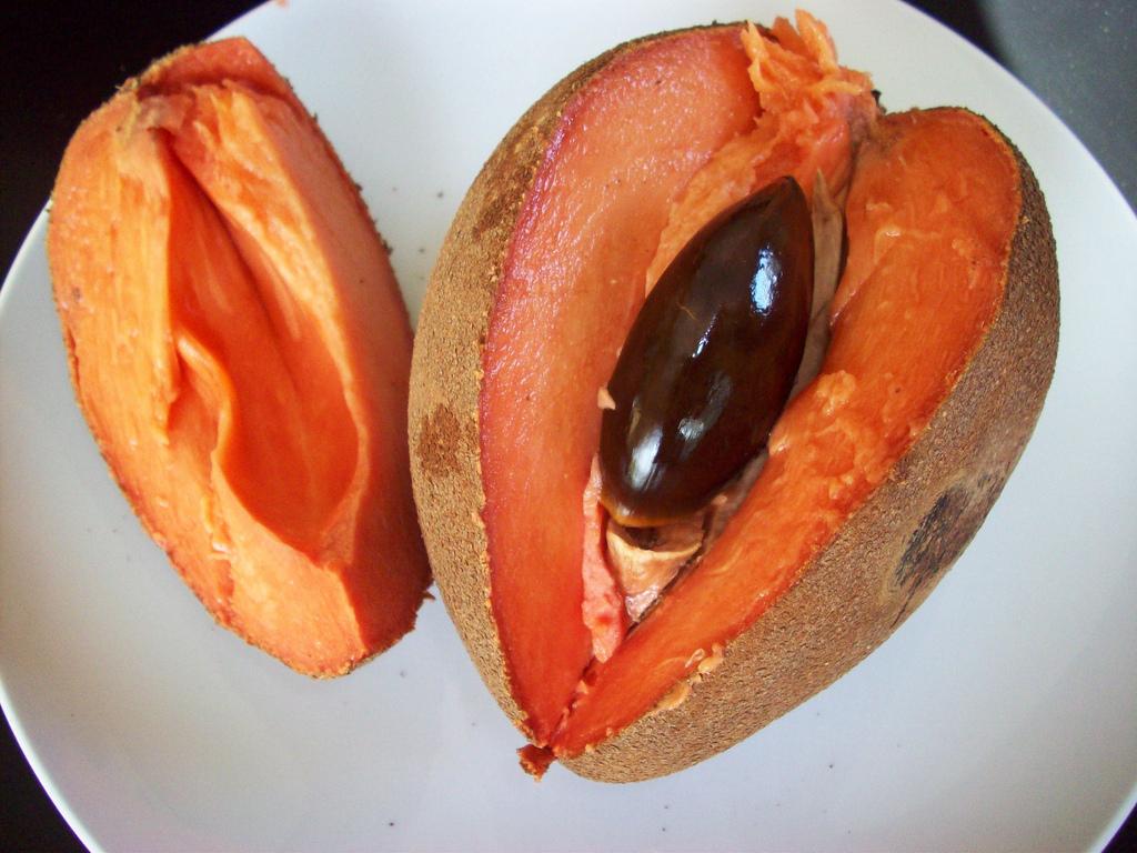 Fruta mamey abierta en un plato