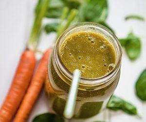 Batido de zanahoria y hojas verdes para controlar el colesterol
