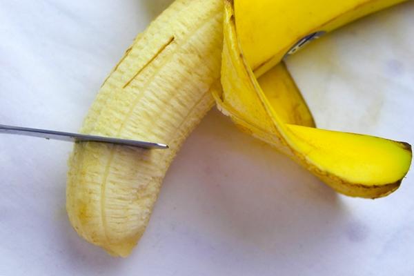 cortando un plátano