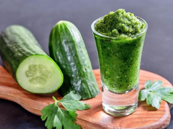vaso de smoothie de pepino verde