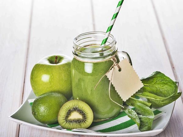 Batido de espinacas, manzana y kiwi