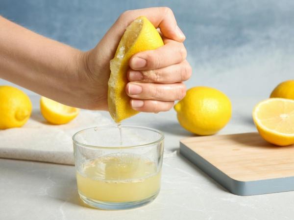 Exprimiendo limón con la mano