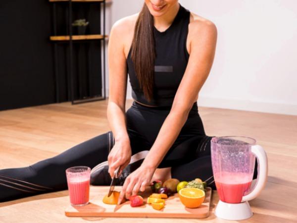 Mujer delgada preparando un batido o jugo